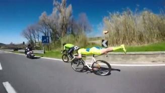 国外一自行车选手在比赛中使出必杀技