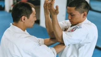 空手道-斗殴时被人双手抓衣领如何反击