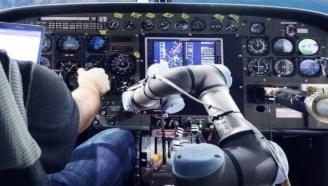 用机械臂驾驶飞机,让飞行员失业,你敢坐吗