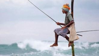 斯里兰卡传统钓鱼方式野性十足,钓鱼不用鱼饵,仅靠一根细竹竿