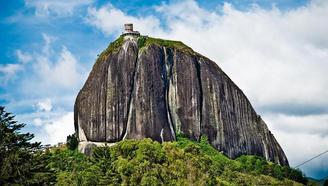 世界上最牛的小镇,因一个10万吨巨岩,每年吸引上百万游客