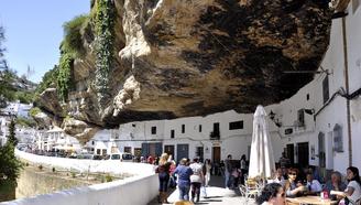 世界上最危險的小鎮,房屋建于懸崖巖石里,地震了怎么辦?