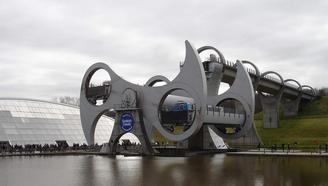 你看到過會翻身的大橋嗎?15分鐘吊起4艘重船,全世界只有這一座