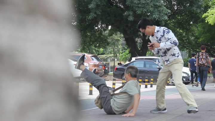 街头测试:大爷碰瓷低头族,各各都吓得面色铁青,撒腿就跑!