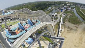 世界最高的水上滑梯,滑道近90度,最高时速105公里