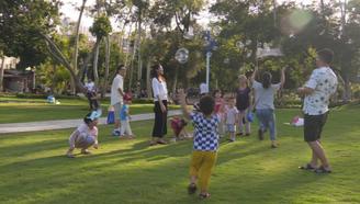 美女媽媽帶寶寶制作無毒泡泡水,公園游玩瞬間成為焦點