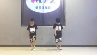 小正太跳的麟犀宅舞,小小年紀就如此妖孽!萌炸了!