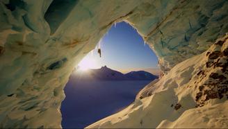 他從70度的雪山滑下,讓追蹤拍攝的攝影師差點被大雪活埋