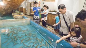日本这家餐厅要客人自己钓自己想吃的鱼!奇思妙想后生意火到不行