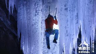他们找到挪威最高的冰瀑布,用两把钩子爬了上去!