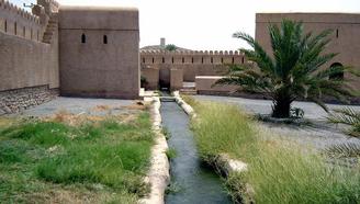 修一條水渠全村人用,洗澡洗衣送葬全在里面,用水全憑自覺