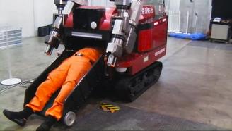 逆天地震机器人,直接把人吞掉运送,像个棺材,可减少60%的伤亡