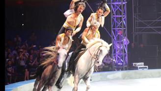 5人是怎么同骑2匹马的?