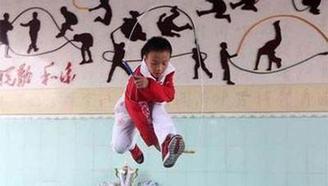 中国小学生1分钟跳548下,八个国际裁判看傻眼