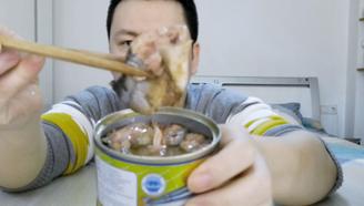 """试吃""""秋刀鱼罐头"""",开罐瞬间就没食欲,尝一口后连骨头都不放过"""