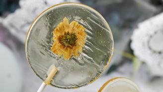 把花瓣藏在棒棒糖里,晶莹剔透的花朵甜点DIY