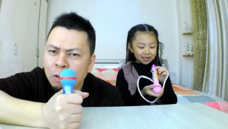 父女试吃话筒糖,可以吃可以玩,李大神终于一展歌喉了