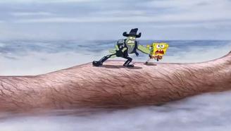 海绵宝宝被追到现实世界,在人类大腿上与敌人跳来跳去